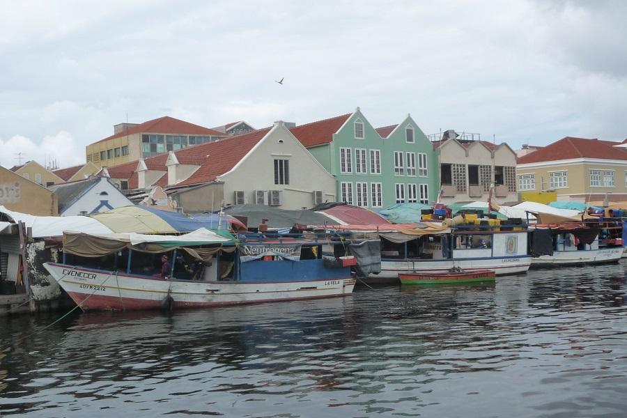 Schwimmender-Markt1